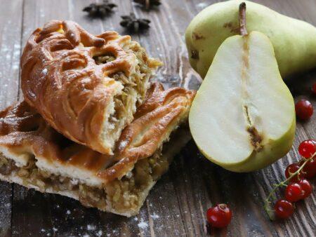 Пирог с грушами и персиком