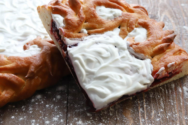 Пирог с клюквой и сметаной