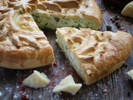 Пирог с курицей, сыром и зелёным луком