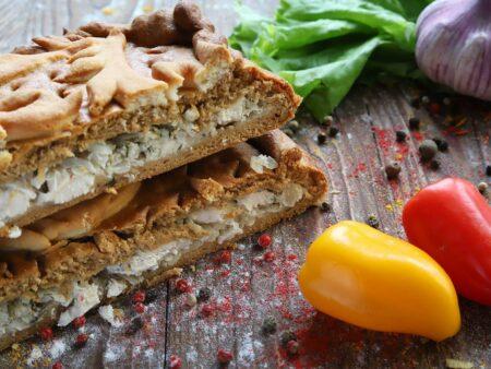 Пирог с курицей, картофелем, луком и зеленью