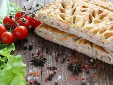 Пирог с горбушей, картофелем и луком