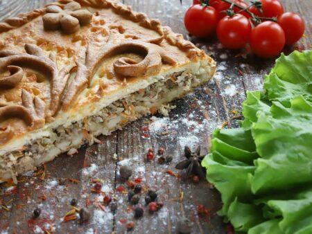 Пирог с говядиной, луком и зеленью