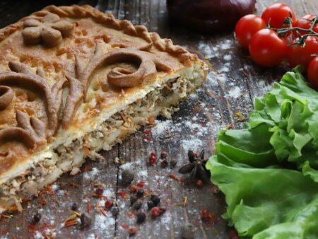 Пирог с курицей, рисом, грибами, зеленью