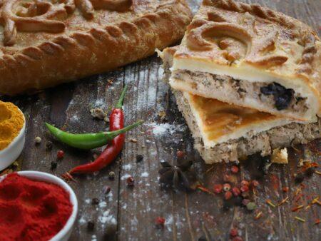 Пирог с говядиной, картофелем, луком и зеленью